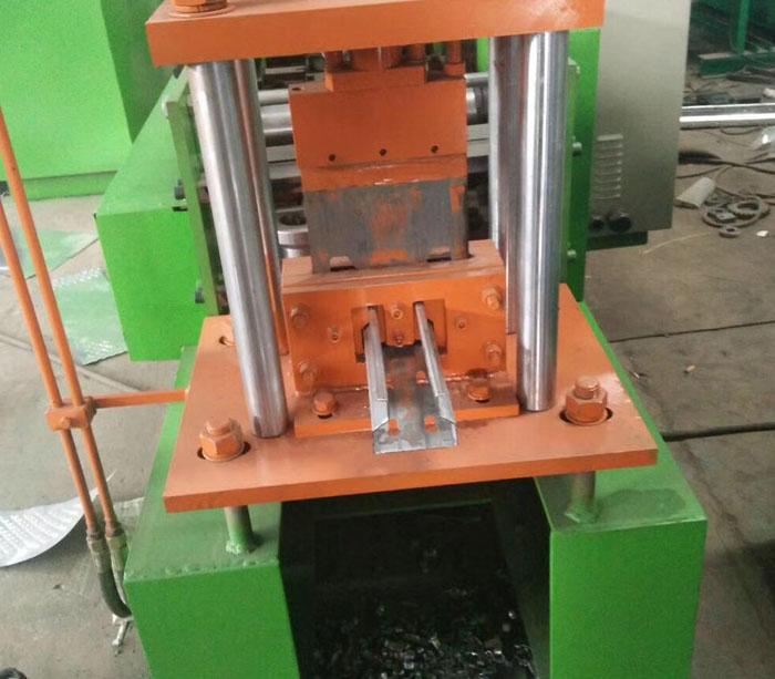 Máquina formadora de estanterías de almacenamiento