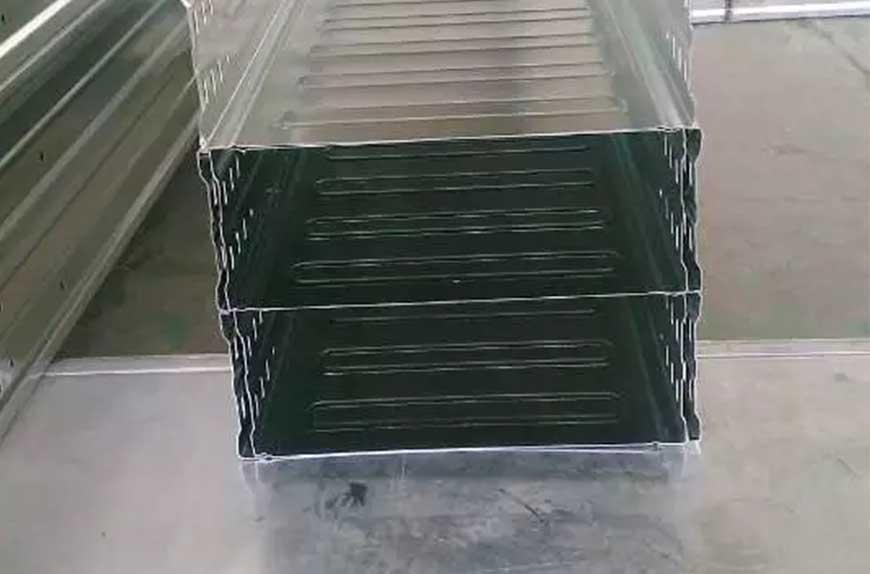 Máquina de bandejas de cable produciendo canalizaciones en fabricante de chapa