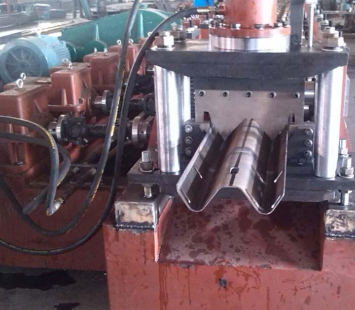 Máquina formadora de rollos de riel de protección de dos / tres olas
