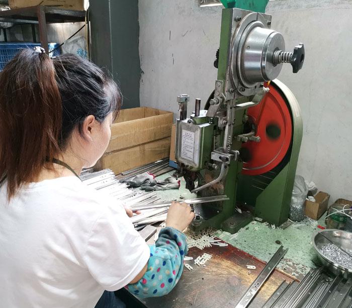 Línea de producción de rieles de gabinete para ventas
