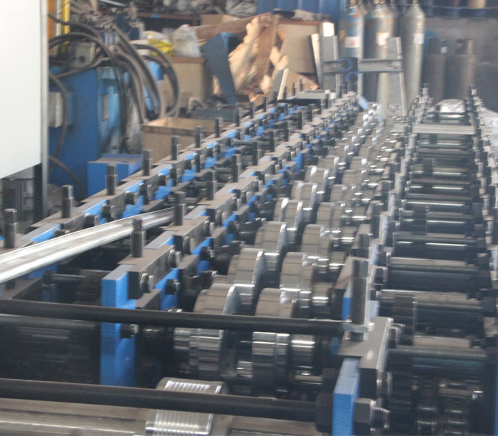 Máquina perfiladora de paneles de yeso para postes metálicos y orugas